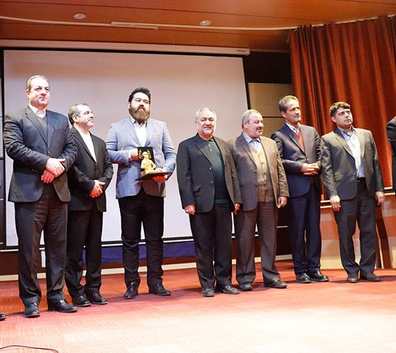 مدیرعامل هافمن لوح و تندیس جشنواره مدیر برتر و کارآفرین شایسته را دریافت نمود