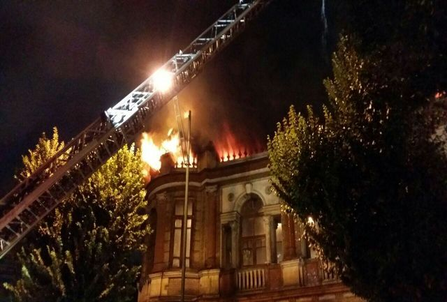 اعزام 7 ایستگاه آتش نشانی به قلب آتش سوزی در حسن آباد تهران