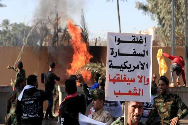 مردم عراق به صورت گسترده در مقابل سفارت آمریکا تجمع کردند
