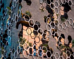 طراحی نمای ساختمان تجاری با هندسه شش ضلعی