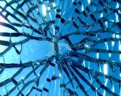 پسماندهای شیشه ساختمانهای تخریبی در منطقه ۱۹ بازیافت میشود