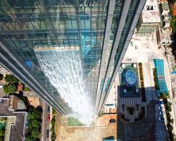 فرود آبشار از آسمانخراشی در چین