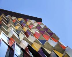 نمای پارامتریک ساختمان مسکونی-تجاری با موزاییکهای رنگی