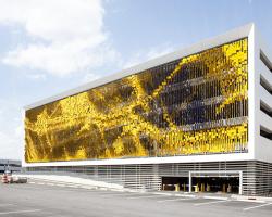 نمای ساختمانی که با حرکت بیننده تغییر رنگ میدهد!!!